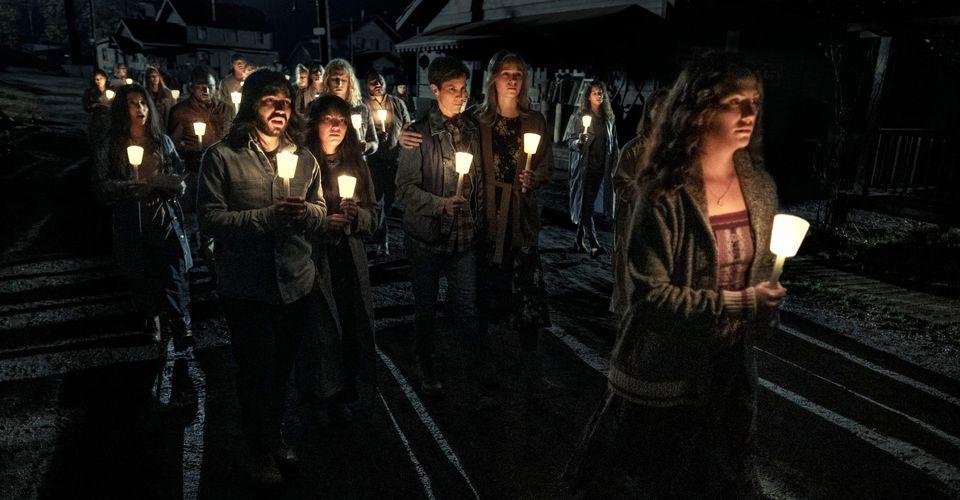 """Personagens de """"Midnight Mass"""" em foto promocional da série."""